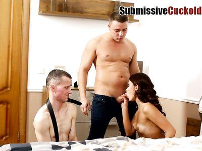Муж порно куколд смотрит на секс жены шлюхи в чулках с левым трахаерм в МЖМ групповухе