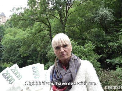 За деньги на улице чешская порно бабка шикарно трахается раком с пикапером