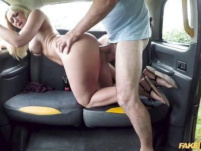 Милф мамка блондинка в фейковом порно такси зачетно ебется в разных позах с водителем