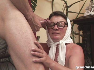 Толстая страшила похотливая порно бабка совсем еще не против поскакать на крепком фаллосе