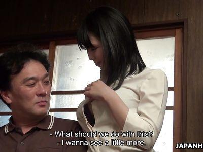 Японская молодая порно нянечка с волосатой пиздой нанимается на работу переспав с хозяином