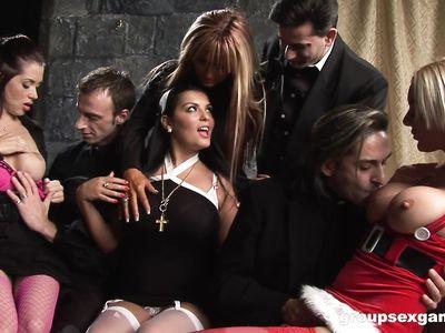 В церкви священники замутили реальную жесткую порно групповуху с похотливыми мамками в чулках