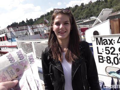 Молодая красотка получила деньги от порно пикапера и дала себя трахнуть рядом в парке на публике