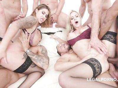 Во время порно оргии парочка телок в чулках ловит кайф от толстых членов во всех дырках и двойного анала