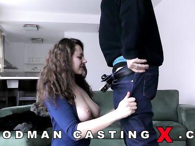 Русская девка из Белоруссии отсасывает член самому деду Вудману на порно кастинге и глотает сперму
