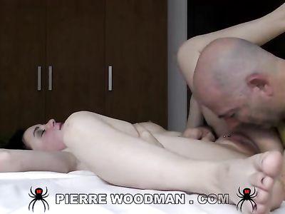 Старый пиздолиз Пьер Вудман на порно кастинге вылизал тугое очко смазливой брюнетки