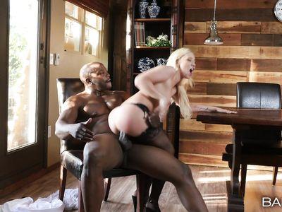 Негр зашел к соседке за сахаром и выебал громадным черным членом порно блондинку в чулках