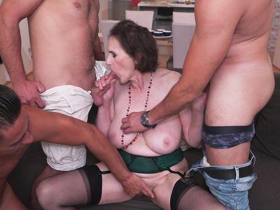 Старуха в чулках пригласила трех мужиков в гости на зачетную порно групповуху с аналом во все дырки