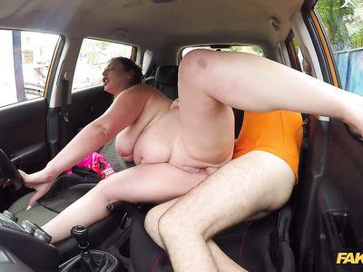 Полненькая английская девка по прозвищу жирная свинья шикарно поебалась с фейковым порно инструктором