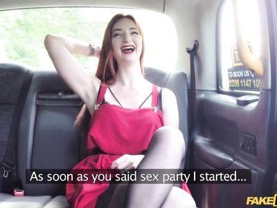 Рыжая давалка в черных чулках шикарно потрахалась в машине с фейковым старым порно таксистом