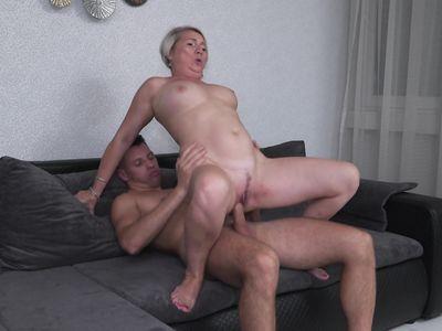 Седая порно бабка с красивой грудью скачет на твердом члене молодого соседа с громкими стонами