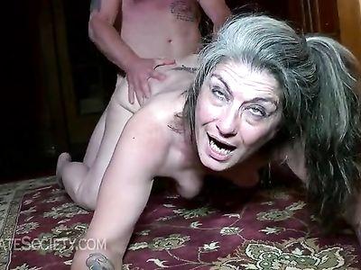 Пожилая тетка встала раком и наслаждается зачетным сексом с незнакомым трахарем