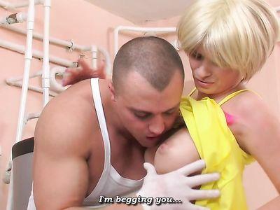 Крепкий сантехник в подвале жестко выебал русскую мамку блондинку в анал