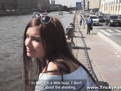 Агент кастинга нагнул русскую девку раком и ебет в свое удовольствие на камеру