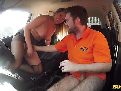 В машине блондинистая телочка зачетно поебалась с похотливым фейковым инструктором