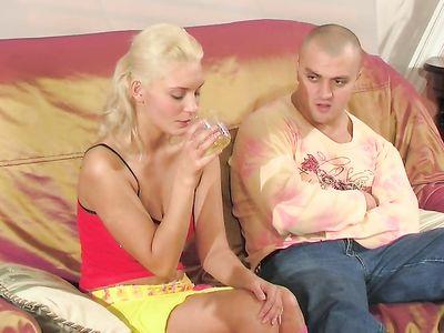 Подпоил русскую блондинку возбудителем и трахнул в тугую попку