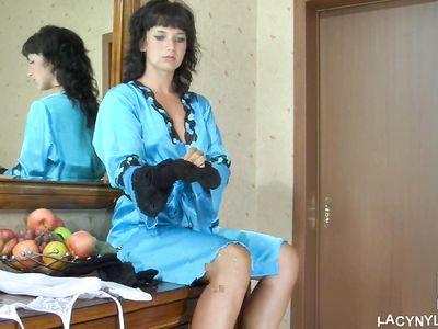 Брюнетка из Москвы собирается на работу и надевает соблазнительные черные чулки