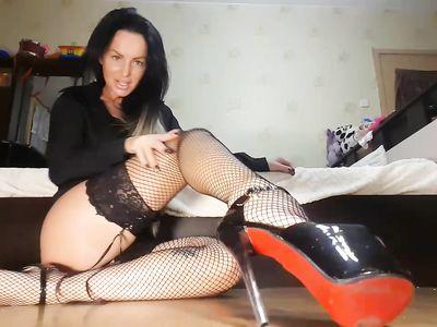 На веб камеру русская брюнетка на каблуках демонстрирует ножки в черных чулках