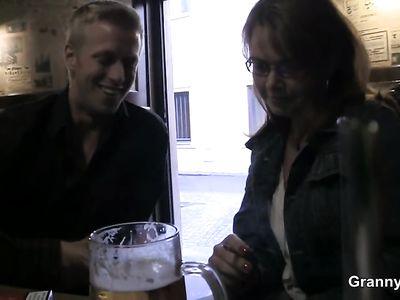 За бокал пива похотливая порно бабка с радостью потрахалась с пикапером