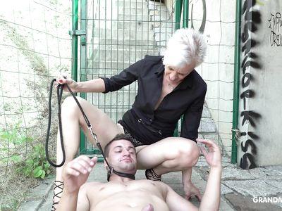 После перепихона порно бабулька заставляет молодого раба вылизывать промежность