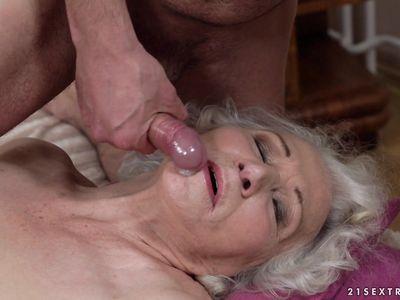 Волосатая пизда порно бабки разрывается под напором хера молодого кобеля