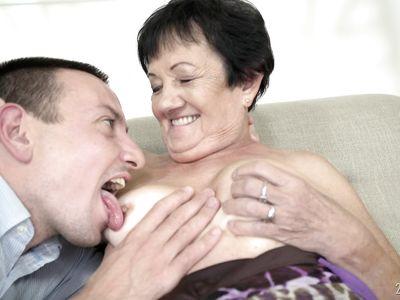 Порно бабка брюнетка радуется длинному члену очередного молодого хахаля