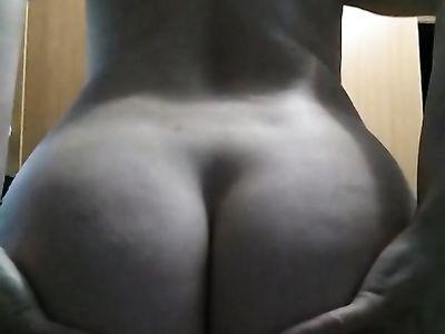 Русская бабенка показывает на телефон шикарную задницу в частном видео