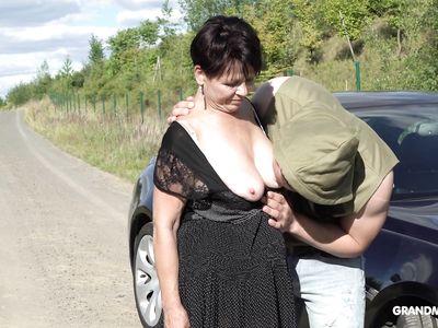 На улице похотливая порно бабка жадно отсасывает хер молодого чувака