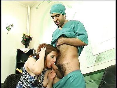 Доктор пиздолиз шикарно отодрал крепким хером русскую мамку нимфоманку