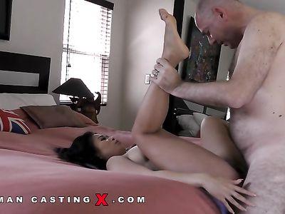Американская азиатка принимает жопой крепкий хуй старины Вудмана на кастинге