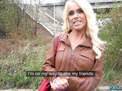 Немецкая порно мамка блондинка за деньги устроила еблю с пикапером на улице