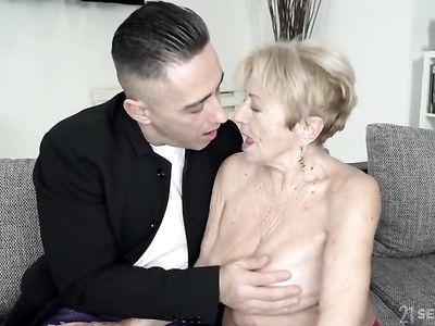 Ненасытный трахарь длинным членом доводит порно бабушку до яркого оргазма