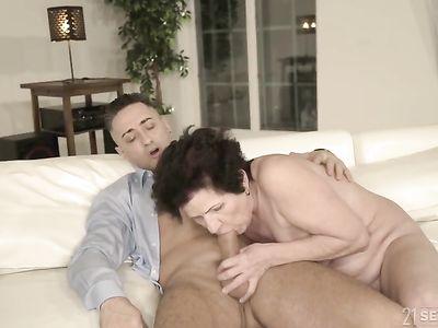 Молодой кобель раздел порно бабку и пердолит в свое удовольствие