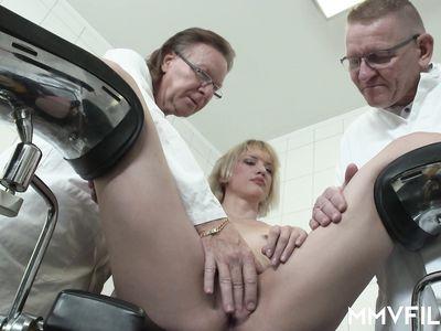 Два деда гинеколога пердолят немецкую блондинку с маленькими сиськами в МЖМ