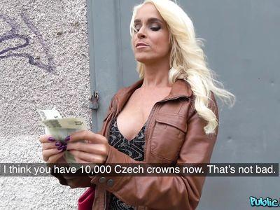 Мамка блондинка обхватила ротиком хуй и сосет на улице за деньги