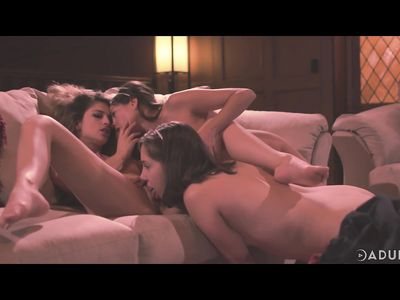 Близняшки лесбиянки на диване трахаются с подружкой родителей вылизывая пилотки