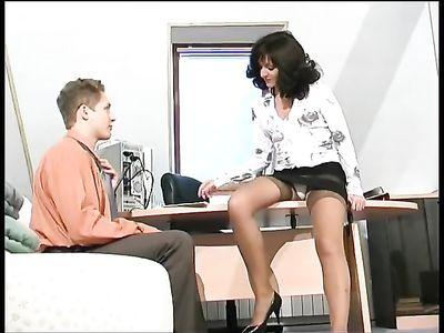 Зрелая начальница в телесных чулках соблазняет молодого работника