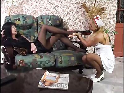 Молодая телка в костюме медсестры приласкала ноги горячей мамки