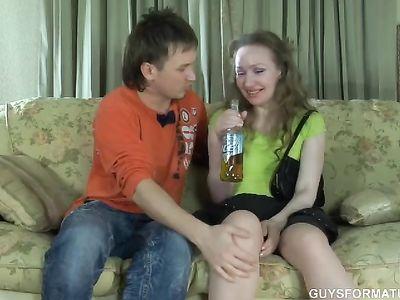 Милфа с маленькими сиськами выпила пивка и дала кавалеру на диване