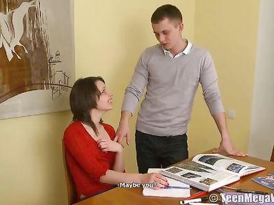 Брюнетка с маленькой грудью устает от учебы и дает умному другу
