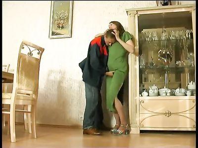 Горячая мамка в зеленом платье соблазняет грузчика и трахается с ним