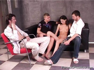 Молодая брюнетка зарабатывает деньги, трахаясь с двумя парнями