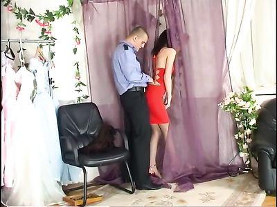 Охранник в магазине трахает стройную девушку в красном платье
