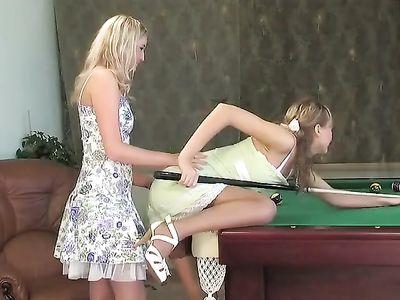 Лесбиянки в чулках лижется на бильярдном столе после неудачной игры