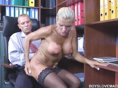 Горячая мамка в черных чулках развлекается со своим боссом в кабинете