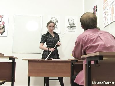 Нерадивый студент занимается сексом с учительницей в кабинете