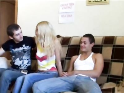 Блондинка с натуральными сиськами дает двум друзьям на диване