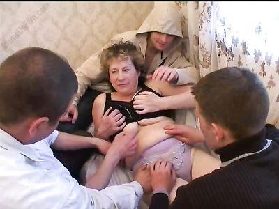 Голодные парни через окно проникли к толстой тетке и пустили ее по кругу