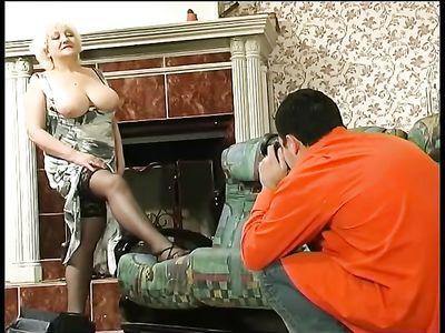 Студент фотограф трахнул свою грудастую старую преподавательницу