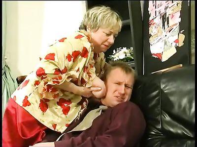 Бабушка нимфоманка наглым образом соблазнила молодого парня